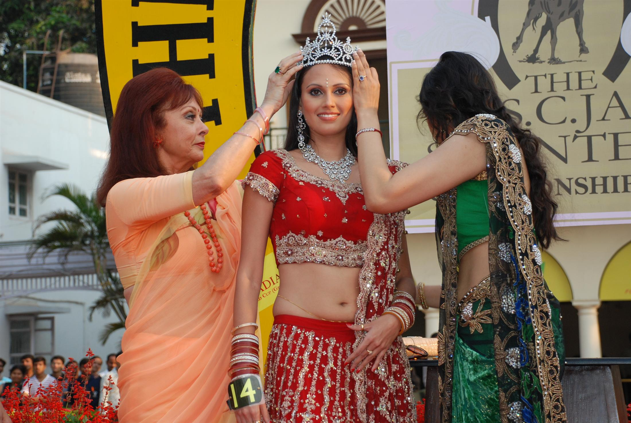 Maureen Wadia crowns the Gladrags Mrs India winner Ms Sophiya Handa