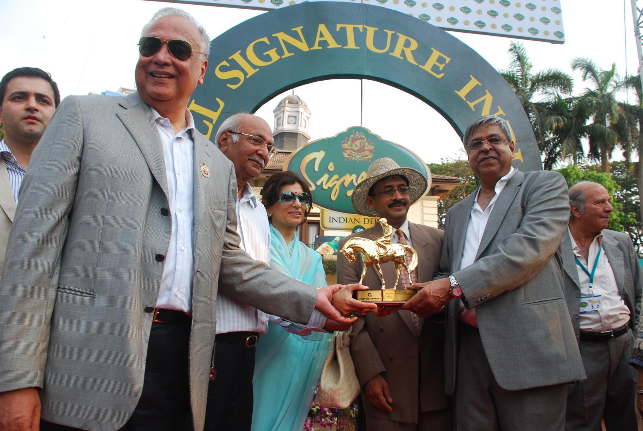 Farouq Rattonsey, JK Rattonsey (owenrs of Antonios) and Rekha Mallya, Vivek Jain, Hussain Nensey (owner of Antonios)