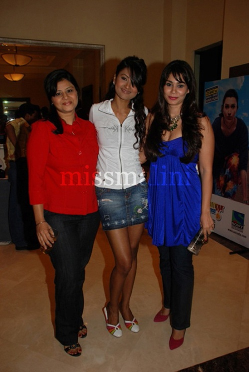 Nigaar Khan (centre) & Shaheen (right)
