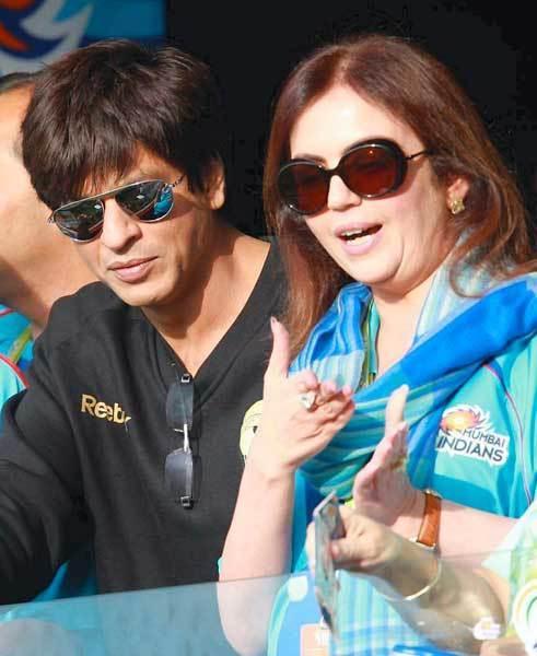 Shahrukh Khan with Neeta Ambani (photo courtesy dhingana.com)